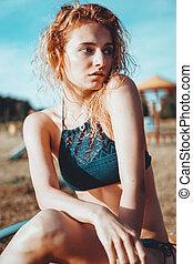 portrait, jeune, délassant, maillot de bain, plage, femme, beau