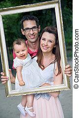 portrait, jeune famille, heureux
