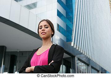 portrait, jeune, femme affaires, bras croisés, sourire