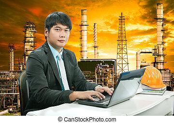 portrait, jeune, ingénierie, homme, sittin, et, travailler, ordinateur portable, com