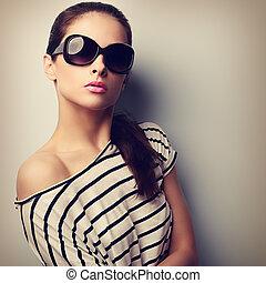 portrait, jeune, lunettes soleil, vendange, looking., femme closeup, poser, beau, mode