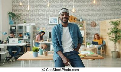 portrait, lent, américain, mouvement, sourire, joyeux, bureau, homme affaires, africaine