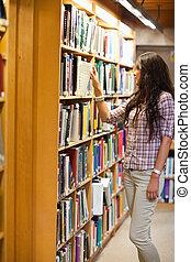 portrait, livre, choisir, femme, jeune