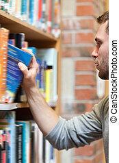 portrait, livre, etudiant mâle, cueillette