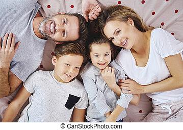 portrait, mensonge, lit, famille, heureux