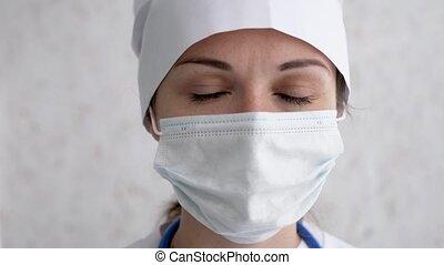 portrait, mouvement, masque, malades, infirmière, appareil-photo., regarder, femme, concept., recevoir, porter, ou, figure, lent, prêt, santé médicale, docteur, hospital., soin, casquette