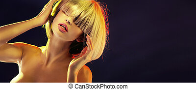 Portrait of a blond lady with a trendy fringe