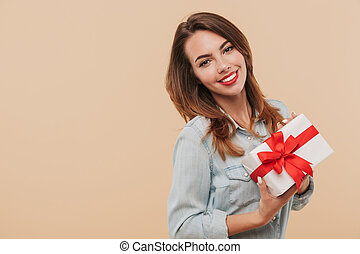 Portrait of a smiling young girl holding present box