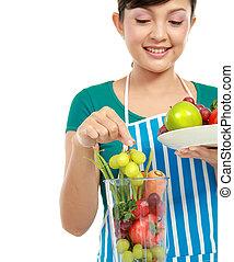 woman making a fresh juice