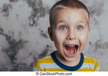 portrait, ouverture bouche, crier, enfant