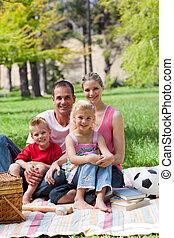 portrait, parc, jeune famille