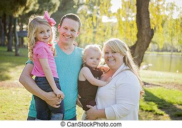 portrait, parc, jeune famille, séduisant