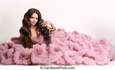 portrait, pendentif, isolé, maquillage, robe rose, bijouterie, long, ondulé, mode, brunette, fond blanc, studio, style, sain, cheveux, femme, magnifique