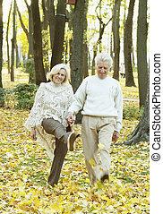 portrait, personne agee, marche, couple heureux, parc