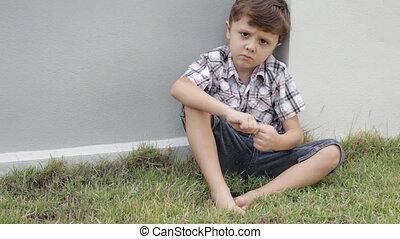 portrait, petit garçon, triste