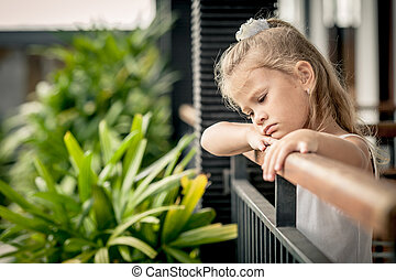 portrait, petite fille, triste