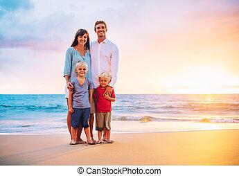 portrait, plage, coucher soleil, famille