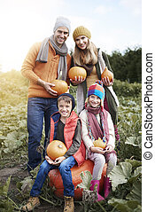 portrait, potirons, halloween, famille, heureux