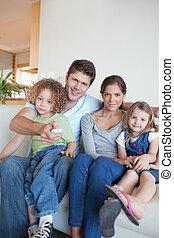 portrait, regardant télé, ensemble, famille