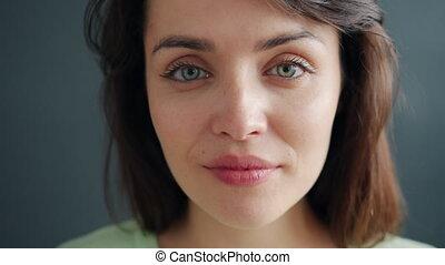 portrait, regarder, appareil photo, studio, brunette, gros plan, beau, jeune