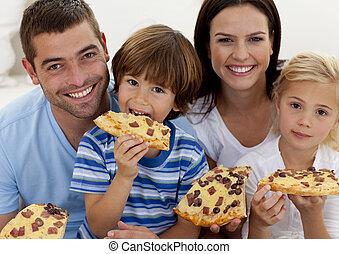 portrait, salle séjour, manger, famille, pizza