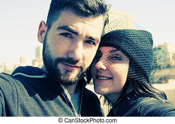 portrait, selfie, couple, jeune, dehors