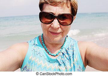 portrait, selfie, femme, plage, personne agee