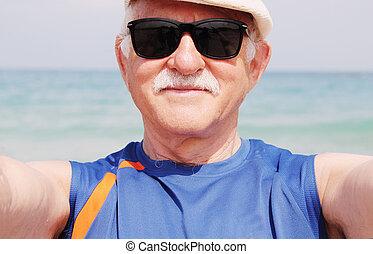 portrait, selfie, plage, homme aîné