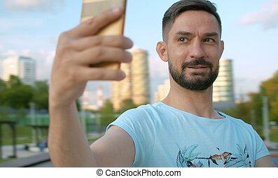 portrait, selfie, tir, homme souriant