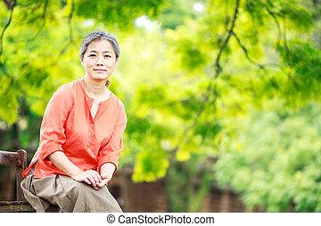 portrait, serein, femme, jardin, mûrir
