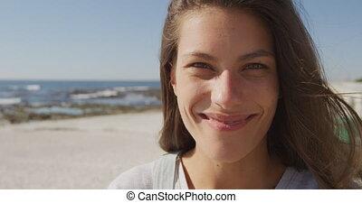 portrait, sourire, plage, femme, jeune
