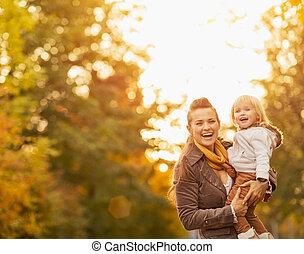 portraits, dehors, jeune, mère, bébé, heureux