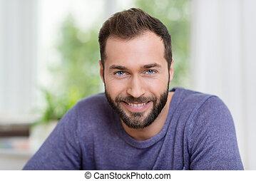 portret, brodaty, uśmiechnięty człowiek