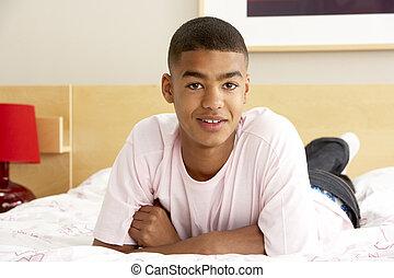 portret, chłopiec, teenage, sypialnia