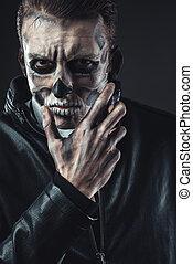 portret, człowiek, zadumany, czaszka, charakteryzacja