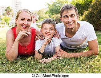 portret, leżący, park, młoda rodzina, chłopiec
