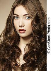 portret, młody, piękna kobieta, z, kędzierzawy włos