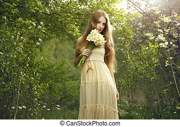 portret, niejaki, piękny, młoda kobieta, z, kwiaty, w ogrodzie