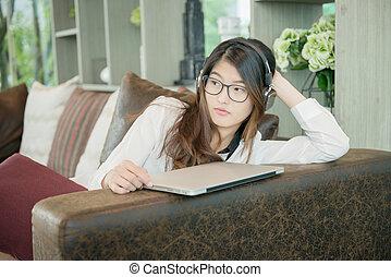 portret, od, asian, sexy, handlowa kobieta, z, niejaki, laptop