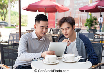 portret, od, dwa, asian handlowy, ludzie, pracujący, z, tabliczka, w, kawiarnia