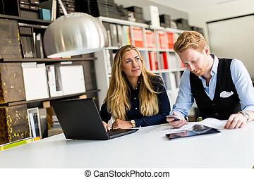 portret, od, kobieta, z, samiec, kolega, pracujący, w, biuro