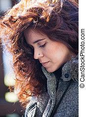 portret, od, młoda kobieta, z, kasownik, kędzierzawy włos