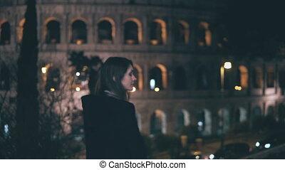 portret, od, młody, brunetka, kobieta stanie, blisko, colosseum, w, rzym, włochy, w, evening., dziewczyna, obraca, i, spojrzenia, aparat fotograficzny.
