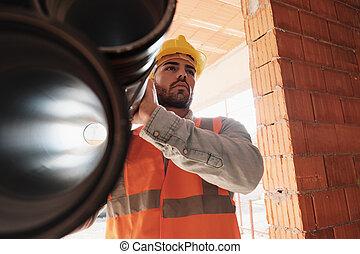 portret, od, młody mężczyzna, pracujący, w, umieszczenie zbudowania