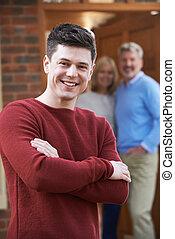 portret, od, młody mężczyzna, z, rodzice, w kraju