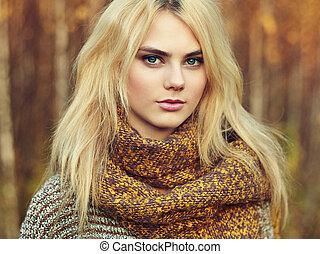 portret, od, młody, piękna kobieta, w, jesień, pulower