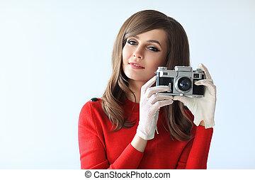 portret, od, młody, piękna kobieta, z, zdejmować aparat fotograficzny, w, retro tytułują