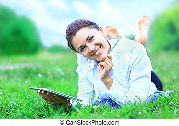 portret, od, młody, piękny, uśmiechnięta kobieta, z, pastylka pc, outdoors