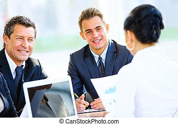 portret, od, młody, przystojny, biznesmen, w, biuro, z, koledzy, w, przedimek określony przed rzeczownikami, tło