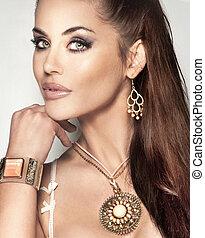 portret, od, modny, piękna kobieta, z, długi, brunetka włos, i, zdumiewający, jewellery.